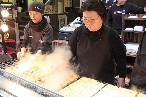 大阪へ観光で来られた方がたこ焼を食べて驚く!大阪の味!
